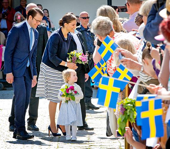 A kicsi első protokolleseményén hercegnőhöz illő tartással fogadta az alattvalók üdvözlését.
