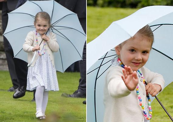 Édesanyja szülinapján bohóckodott a hercegnő. Pörgött-forgott az esernyőjével, pózolt a fotósoknak.
