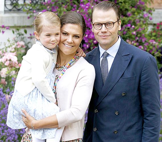 Együtt a hercegi család, igaz, a kislány ekkor sem igazán bírt magával. Éppen grimaszolás közben sikerült lekapnia a fotósnak.