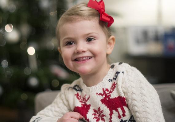 Így ünneplik a karácsonyt a királyi udvarban. A kis Esztellát rénszarvasos pulcsiba öltöztették, még a hajába is kapott egy piros, ünnepi masnit.