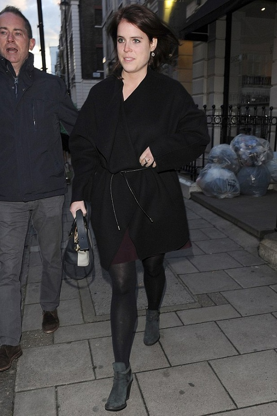 Eugénia szereti megvillantani miniruhákban a hosszú lábait. Bordó ruhájából sem látni túl sokat a kabát miatt, de így is feltűnő, hogy az combközépig sem ér.