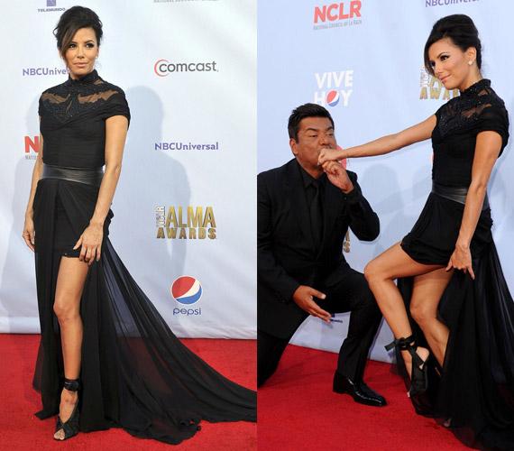 George Lopez volt a színésznő műsorvezető társa az est folyamán, aki a gyönyörű nő lábai előtt hevert.