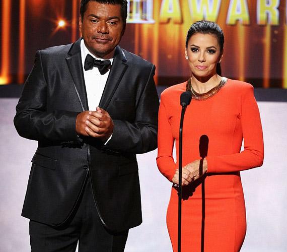 George Rodrigez és Eva Longoria már régóta barátok. A narancs szín pedig kifejezetten jól áll a latin színésznőnek.