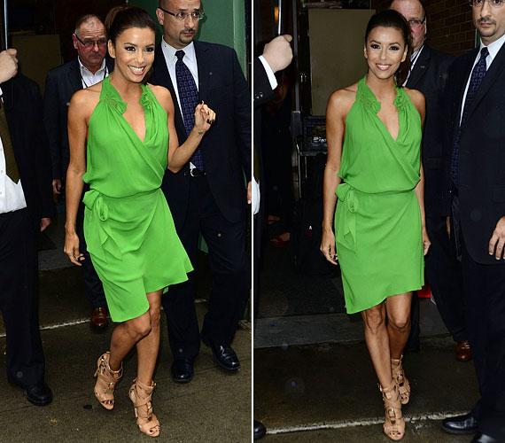 A térdig érő, zöld nyári ruha kitűnő választás volt.