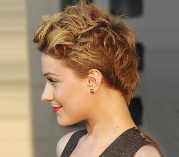 Az amerikai szépség a fodrászok álma, hiszen tökéletes fejformája és bájos arca van, gyakorlatilag minden frizura jól áll neki.