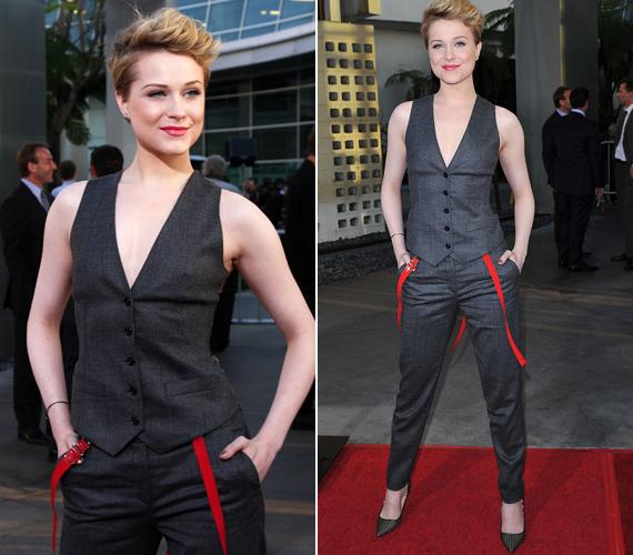 Csibészes frizurájához fiús ruhát választott, a piros nadrágtartós pantalló és a dögös mellény Dolce & Gabbana tervezése.