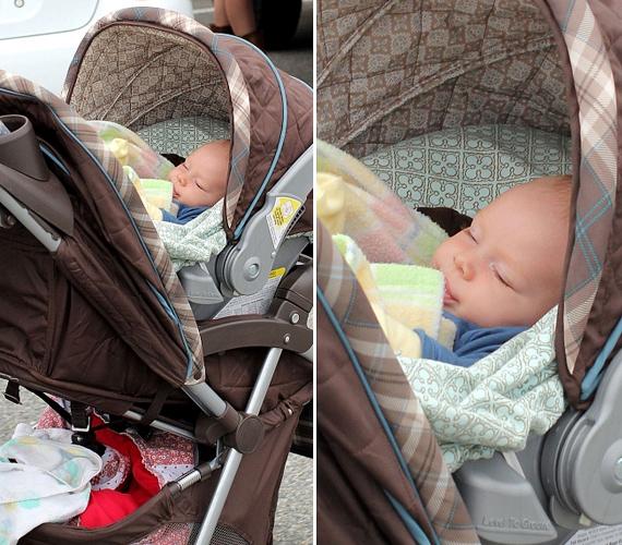 A csöppség a babakocsiban szunyókált, míg anyukája jött-ment. Kár, hogy a tündéri kisbaba nevét Lilly nem árulta el a sajtónak.