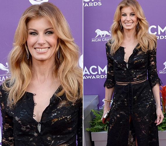 A 45 éves énekesnő nem sokat bízott a fantáziára ezzel a ruhaválasztásával.