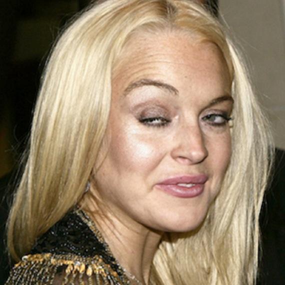 Noha Linday Lohan az egyik legnépszerűbb gyereksztár volt, korán megindult lefelé a lejtőn. 2013-ban például annyira részeg volt, amikor ez a kép készült, hogy még a szemét sem tudta kinyitni.