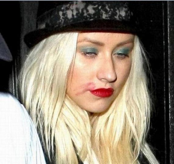 Christina Aguilera is számtalanszor a pohár fenekére nézett 2012-ben. Ez a fotó az egyik buli után készült róla, amikor annyira nem tudott magáról, hogy még a rúzsát is szanaszét kente az arcán.