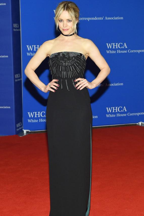 Rachel McAdams estélyije egyszerű, de nagyszerű volt - a földig érő fekete ruhát a mellrészen elhelyezett gyöngydíszek és bevágások tettek egyedivé.