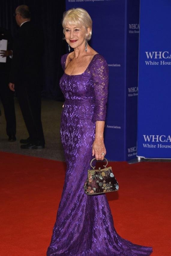Helen Mirren a tragikus hirtelenséggel elhunyt Prince-nek állított emléket ruhájával: bíborszínű estélyiben érkezett, és még egy kis tetoválást, az énekes jellegzetes szimbólumát is feltetette a kulcscsontja alá.