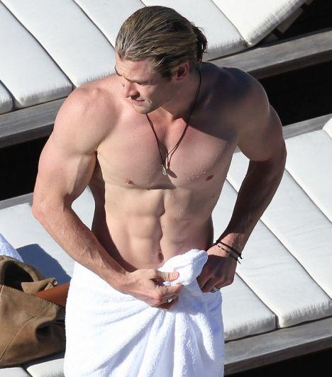 Chris Hemsworth  Chris Hemsworth-re ráfér a pihenés. Sorra forgatta a kasszasiker filmeket, mint a Bosszúállók vagy a Hófehér és a vadász. Úgy tűnik, a Magic Mike-ból kihagyták, pedig ilyen testtel befért volna a sztripperek közé.  Mint egy görög félisten »