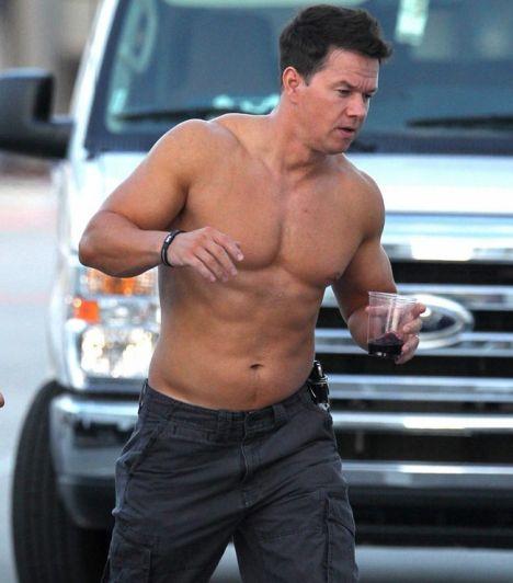 Mark Wahlberg  A Csempészek sztárja legújabb filmje forgatására rohan, ami 2012 év végén kerülhet nálunk moziba. Mark Wahlberg képes órák hosszat a súlyzókkal bajlódni, csak hogy megtarthassa szálkás felsőtestét.