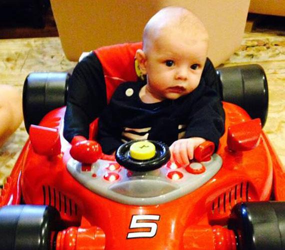 Fergie kisfia egyre nagyobb, még csak augusztusban született, de már egy autóban ül.