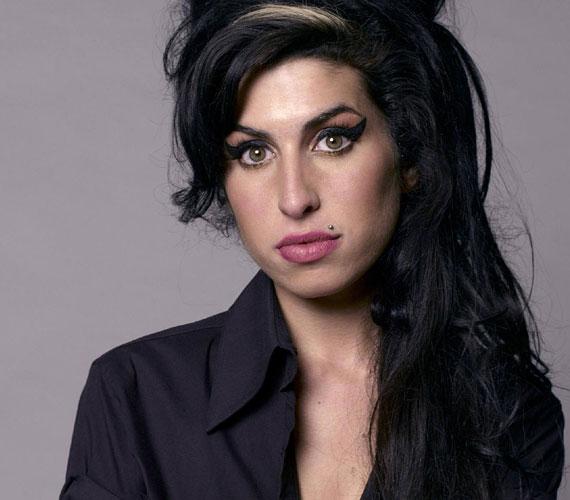 Amy Winehouse mindössze 27 éves volt, amikor 2011. július 23-án holtan találták londoni lakásában. Az ötszörös Grammy-díjas énekesnő a halálát megelőző években súlyos kábítószer-függőséggel küzdött.