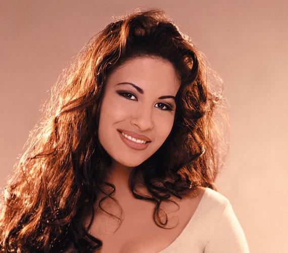 Selena Quintanilla-Pérez a kilencvenes évek talán legnépszerűbb latin-amerikai énekesnője volt, bár Texasban született. A sztárt 23 éves korában egyik alkalmazottja, bizonyos Yolanda Saldivar lőtte le 1995. március 31-én, miután Selena rájött, hogy a nő elsikkasztotta a bevétel egy részét, és ezért kérdőre vonta. A brutális gyilkosság egy Corpus Christiben lévő motelben történt, ahova Selena megbeszélésre hívta Yolandát. Bár a helyszínről még élve szállították el, a kórházban belehalt sérüléseibe. Temetése nemzeti gyászünnep volt.