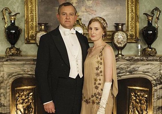 A Downton Abbey-nél is elkövettek egy hasonló hibát a promófotóval: ha jól megnézed, a kandallón egy félliteres műanyag vizespalack látható, ami biztosan nem volt használatban a '20-as években. Főleg nem kandallódíszként.