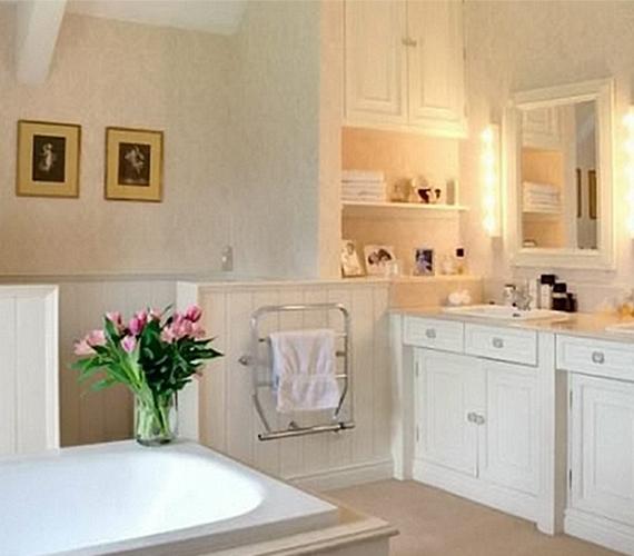 A fürdőszoba egyszerűsége a tisztaságot sugallja.