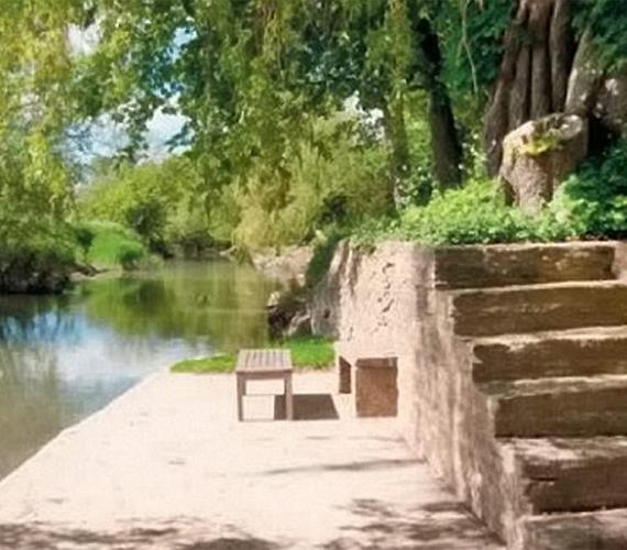 Az otthon egyik legnagyobb különlegessége a kertrész, melynek a végén a Temze található.