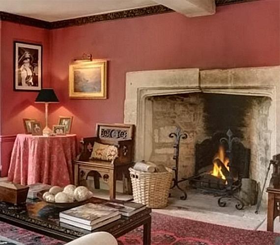 A nappali melegségét a hatalmas kandalló szolgáltatta, mellyel jól harmonizált a falszín is.