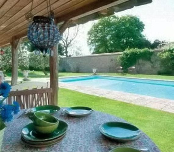 Ha valakinek nem lenne elég a Temze, akkor még egy úszómedence is van a házban.