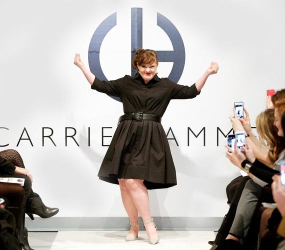 """Jamie Brewer szintén Carrie Hammer show-jában mutatkozott be modellként a New York-i divathéten. A 30 éves, Down-szindrómás, mosolygós lány amúgy színésznő, egyebek mellett az Amerikai Horror Storyban láthatták a nézők. """"A fiatal lányok és nők rám néznek, és azt gondolják, ha neki megy, nekem miért ne menne? Engem nagyon inspirál, hogy példaképként tekintenek rám, hogy bátoríthatom a nőket abban, hogy merjék vállalni magukat, és mutassák meg, kik is ők valójában"""", vallja."""