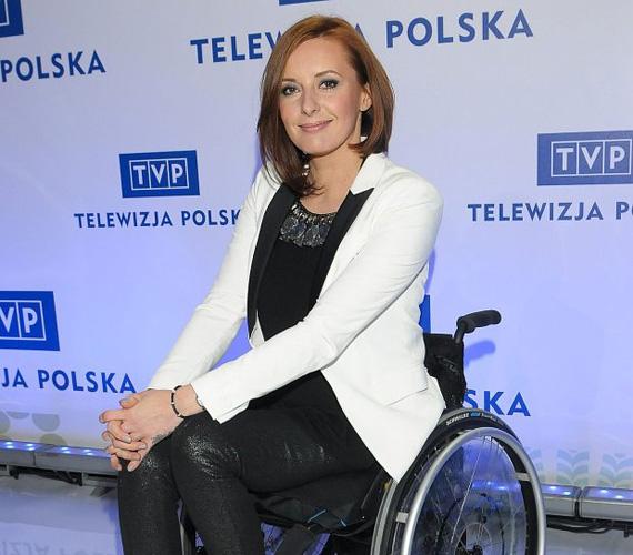 Monika Kuszynska már másfél évtizede énekel, korábban a Varius Manx nevű zenekar tagja volt, 2003-ban a dalfesztivál elődöntőjéig is eljutottak. A 35 éves sztár 2006-ban szenvedett autóbalesetet, ennek következtében részleges bénulás állt be nála, így azóta kerekesszékbe kényszerül. Az énekesnőt a TVP televízió jelölte a versenyre.