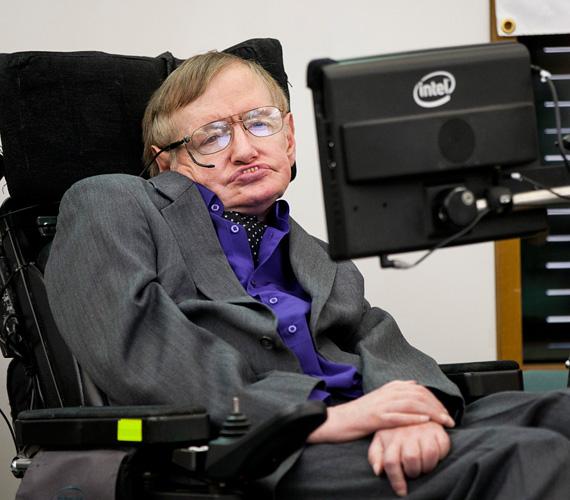 Stephen Hawking elméleti fizikusnak néhány évet jósoltak az orvosok, miután 21 éves korában kiderült, hogy ALS-ben szenved, aminek következtében az izmai fokozatosan elsorvadnak. Hawking azonban rácáfolt az orvosokra és még most, 73 évesen is aktív, legalábbis szellemileg. Karrierje során több könyvet írt, Az idő rövid története és A világegyetem dióhéjban népszerűek az egész világon. Kétszer nősült meg, mindkétszer elvált. Tavaly pedig regisztrált a Facebookra is, ahol tartja a kapcsolatot rajongóival, több mint két és fél millióan követik. Életéből film készült, a főszerepet játszó Eddie Redmayne idén Oscart kapott alakításáért.