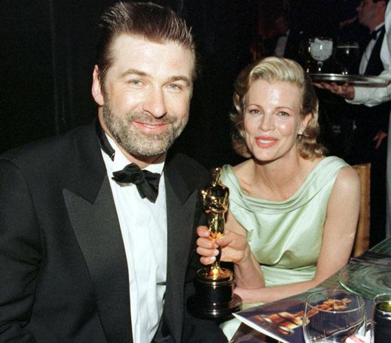 Kim Basinger és Alec Baldwin a Fogd a nőt, és fuss! forgatásán habarodtak egymásba. Hároméves együtt járás után 1993-ban összeházasodtak. Lányuk, Ireland két évvel később jött világra. A házasság zátonyra futott a színész állítólagos alkoholizmusa és a színésznő depressziója miatt, de sokak szerint az is hozzájárult, hogy Basinger 1998-ban Oscart kapott, míg Baldwin szekere nem futott ennyire. 2002-ben elváltak.