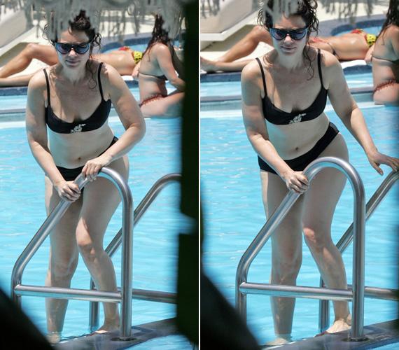 Ez a bikinis fotó még 2008-ban készült róla, amint a medencébe száll.