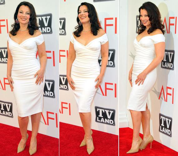 2011 júniusában ebben a testhezálló, fehér ruhában az AFI Life Achievement Awards-on mutatta meg még mindig kifogástalan alakját. Haját természetes, lágy hullámokkal viselte, szerencsére A dadusból megismert tupír nélkül.