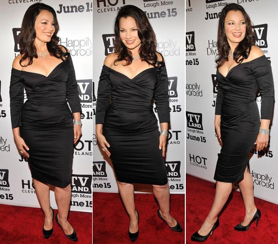 Néhány nappal később egy ugyanolyan szabású fekete ruhát öltött magára New Yorkban a Happily Divorced premierjén.