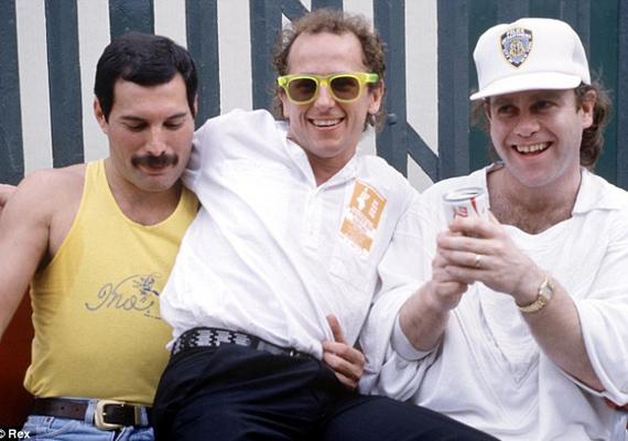 Freddie Mercury, Wayne Sleep és Elton John 1985-ben a Live Aid-en. A Live Aid egy 1985. július 13-án megszervezett világraszóló szuperkoncert volt, melynek célja az afrikai éhezők megsegítése volt. Több mint másfél milliárd ember követhette a koncertet élő adásban, ez lett az évezred legnagyobb karitatív eseménye.