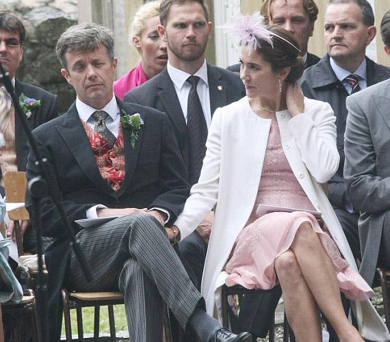 Frigyes dán királyi herceg elszundikált az észak-írországi esküvőn.