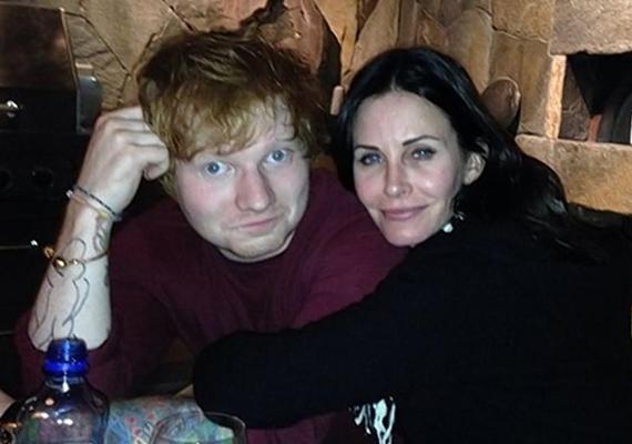 Hiába hozták hírbe őket, a Jóbarátok sztárja és Ed Sheeran csak barátok. Ezt bizonyítja az is, hogy a színésznő 2013 óta él boldog párkapcsolatban Johnny McDaid zenésszel.