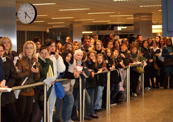 Ekkora tömeg várt Gabriela Spanicra a reptéren.