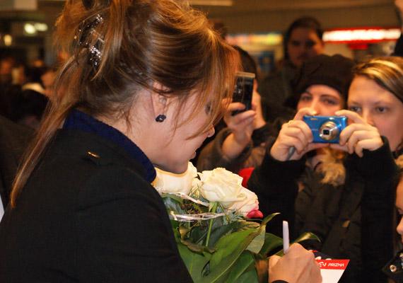 Kedvesen és türelmesen osztogatta az autogramokat rajongóinak.