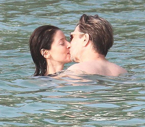 Heves csókban forrtak össze a tengerben.