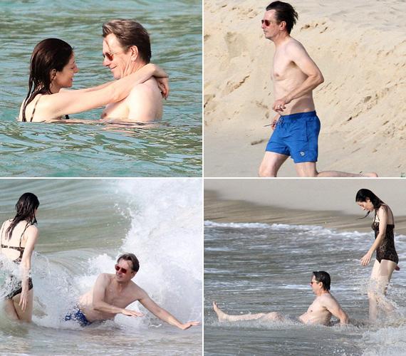 Az angol színész fehér testét elnézve nem sokat volt még idén a napon, ennek megfelelően nagyon élvezte oldalbordájával a tengerparti pancsolást.