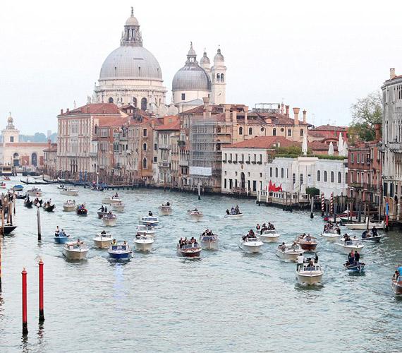 A vendégek és Clooney is rendőrségi csónakok kíséretében érkeztek vízi taxikkal az esküvő helyszínére.