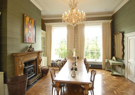 Az étkezőben egyszerre 20 fő is kényelmesen étkezhet, a helyiséget hatalmas ablakok teszik otthonossá, és tovább tágítják a teret.