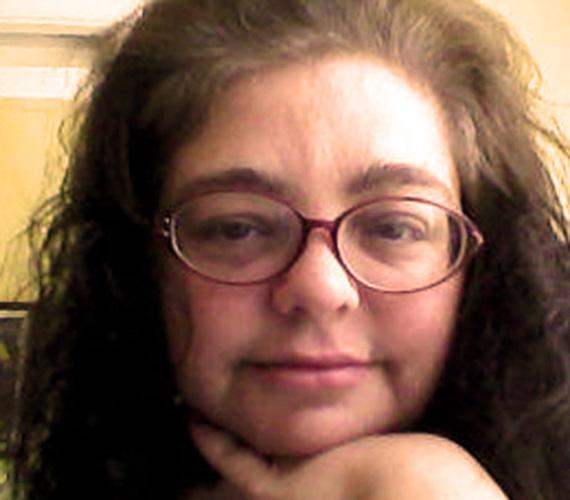 Az Adának is becézett nő szarukeretes szemüveget visel, nem sminkeli magát, és fodrászhoz sem sűrűn jár.