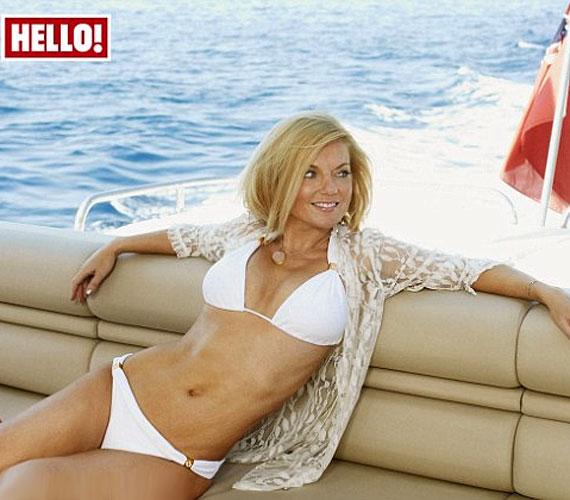 A Hello! magazin legfrissebb számának címoldalán is ő látható, de az újságban egy szexi fürdőruhás fotósorozattal is bizonyítja, hogy 40 felett is elképesztően jó formában van.