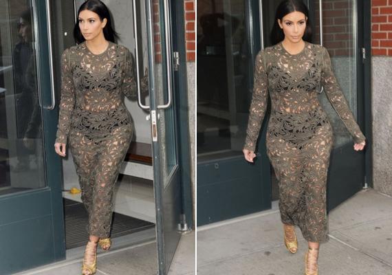 Kim Kardashian sokszor szavaz olyan darabokra, amik megmutatják a gömbölyded formáit. Ez az átlátszó ruha sem takar belőle sokat.