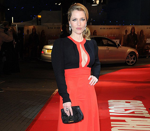 Gillian Anderson bevállalós ruhájának köszönhetően nagy feltűnést keltett a vörös szőnyegen.