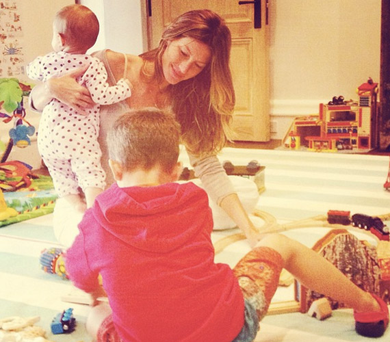 Gisele Bündchen életében jelenleg a legfontosabb szerep az anyaság, rengeteget foglalkozik gyermekeivel.