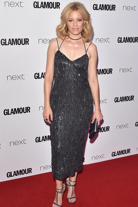 Ezzel szemben Elizabeth Banks tudta, hogyan kell felöltözni egy ilyen eseményre. A színésznő flitteres estélyi ruháját imádták a kritikusok.