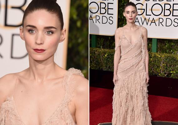 Rooney Mara első pillantásra meztelennek tűnik, annyira megegyezik a bőrszíne a ruhája színével. Ráadásul ez a finom púderárnyalat rettentően sápasztja is a színésznőt.