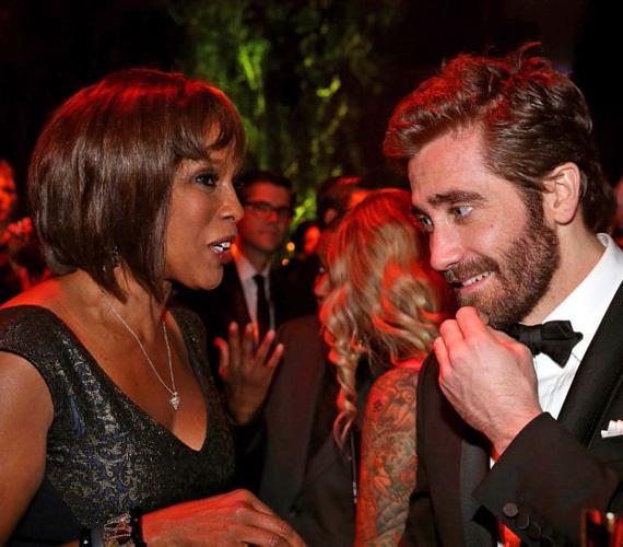 Jake Gyllenhaal a CBS csatorna csinos híradósával beszélgetett éppen, ám a tekintete a fotó készültének pillanatában éppen a hölgy dekoltázsát fürkészte.